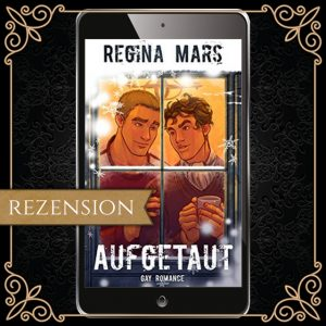 """Cover zu """"aufgetaut"""" von Regina Mars - man sieht durch ein verschneites Fenster in einen warmen Innenraum; ein dunkelhaariger Junge hält eine Tasse mit Heißgetränk, und sieht lächelnd den blonden Jungen neben sich an, der ihn sanft an der Schulter berührt"""