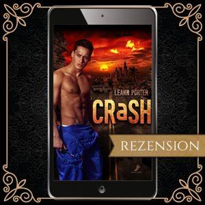 """Cover zu """"Crash"""" von Leann Porter - vor der zerstörten Kulisse einer modernen Stadt mit düster rot glühendem Himmel steht ein junger Mann mit nacktem Oberkörer, einem blauen, um die Hüfte geknoteten Overall und einem Schraubschlüssel und sieht den Betrachter misstrauisch an"""